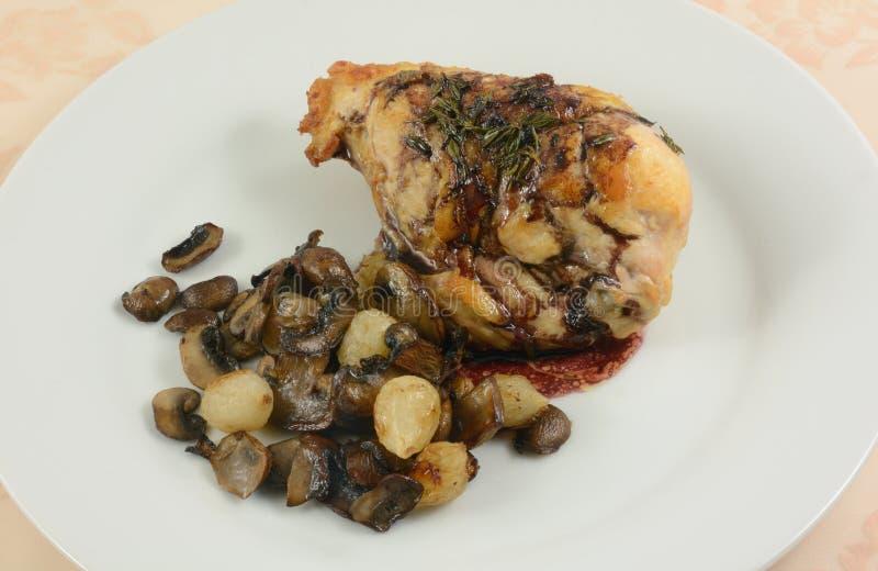 Pechuga de pollo cocida con la salsa de vino imagen de archivo