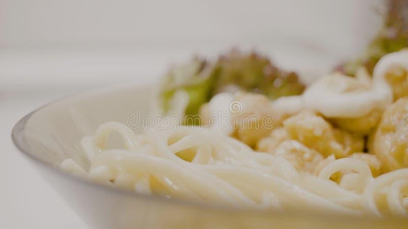 Pechuga de pollo con las verduras y las setas en una salsa cremosa con las pastas Espaguetis deliciosos con el pollo y la salsa A fotografía de archivo
