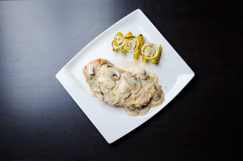 Pechuga de pollo en salsa color crema del vino y de seta fotos de archivo libres de regalías