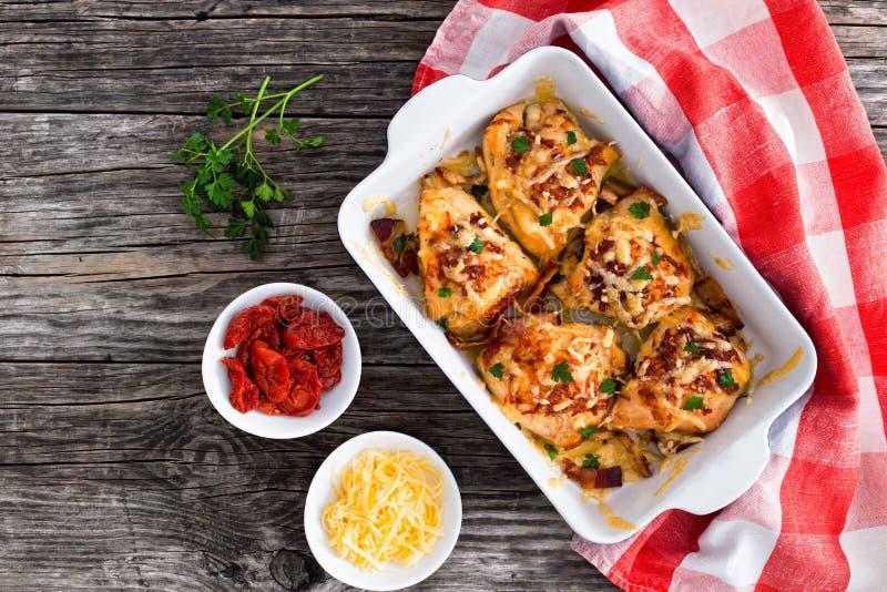 Pechuga de pollo rellena con el jamón, queso, tomates, visión desde el abo imagen de archivo libre de regalías