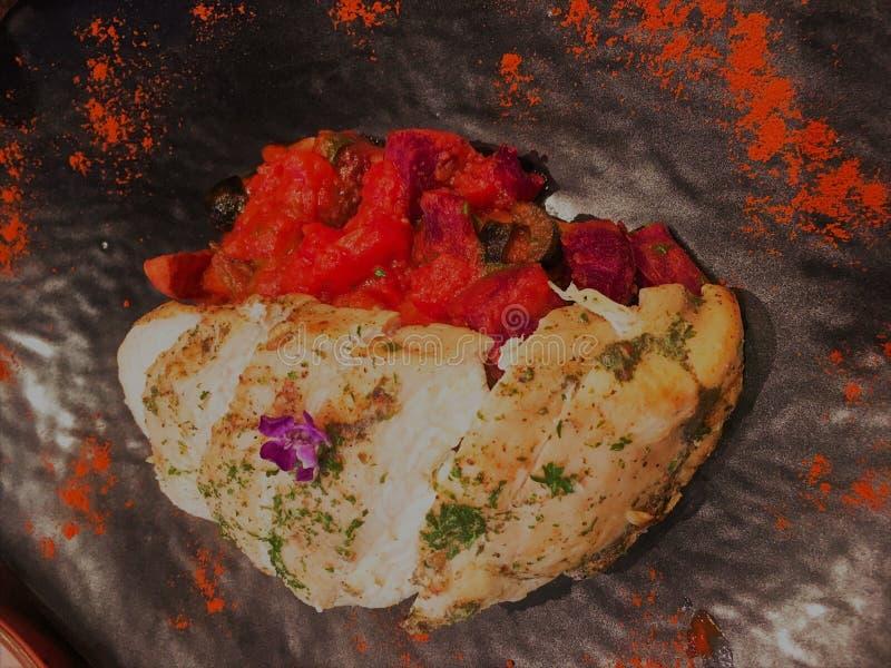 Pechugas de pollo a la parrilla cocinadas con salsa picante y dulce Carne de pollo a la parrilla o salsa de vino tinto al pollo fotografía de archivo