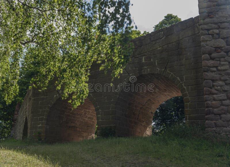 Pecka-Schloss am sonnigen Tag des heißen Sommers in Ost-Böhmen stockbilder