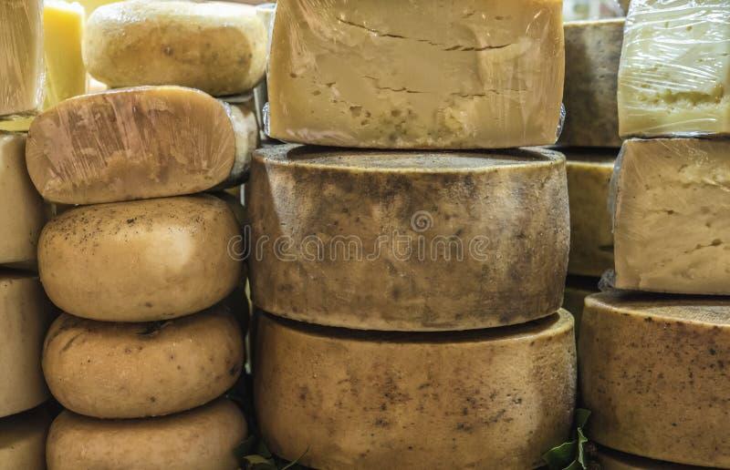 Pecorino ost av Sardinia utsatt till salu på en lokal marknad i Italien arkivfoto