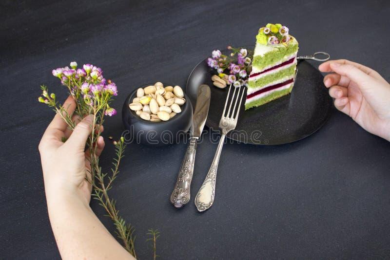 Pedaço de bolo com enchimento e pistaches da framboesa fotos de stock royalty free