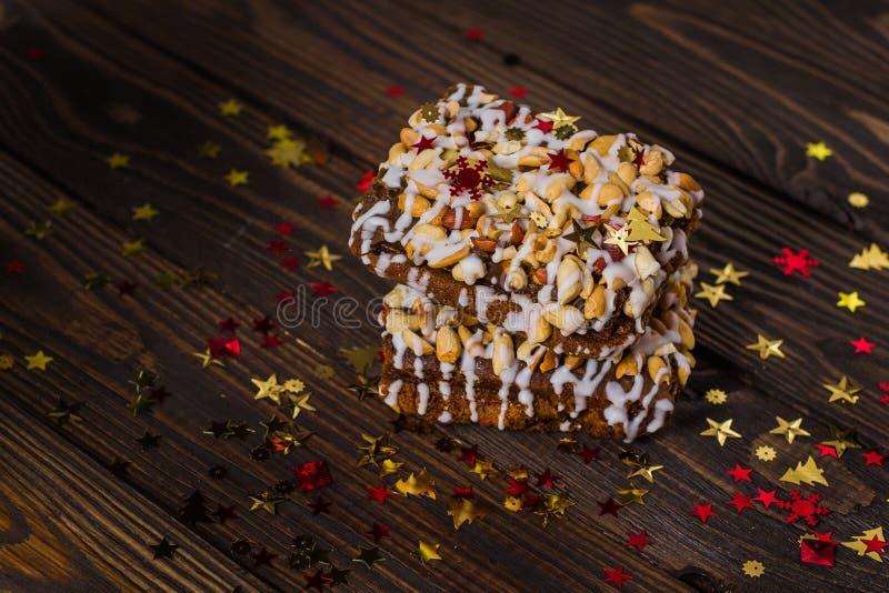 Pedaço de bolo, cookies com crosta de gelo nuts e branca, estrela do Natal foto de stock royalty free