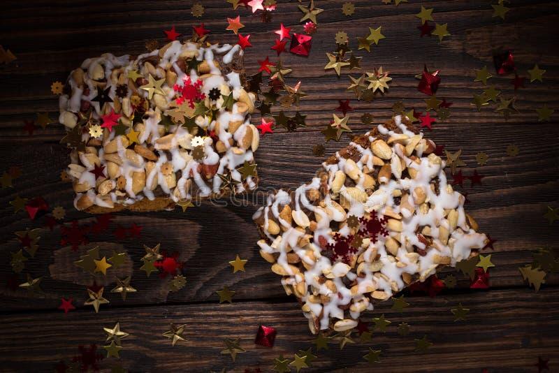Pedaço de bolo, cookies com crosta de gelo nuts e branca, estrela do Natal imagens de stock royalty free