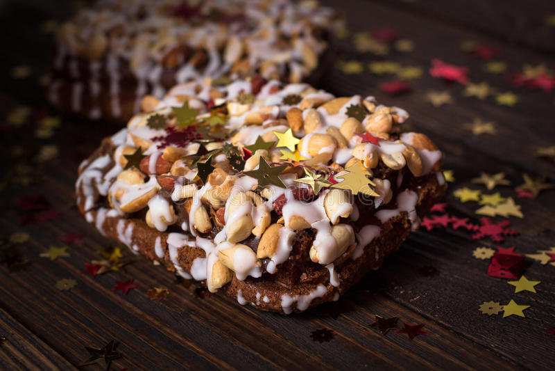 Pedaço de bolo, cookies com crosta de gelo nuts e branca, estrela do Natal imagem de stock royalty free