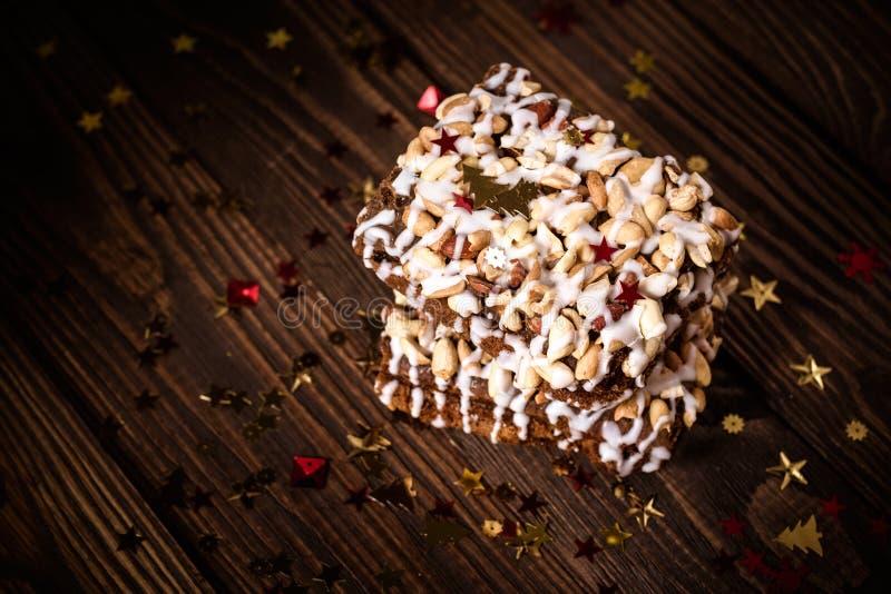 Pedaço de bolo, cookies com crosta de gelo nuts e branca, estrela do Natal fotografia de stock