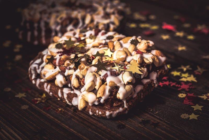 Pedaço de bolo, cookies com crosta de gelo nuts e branca, estrela do Natal fotos de stock royalty free