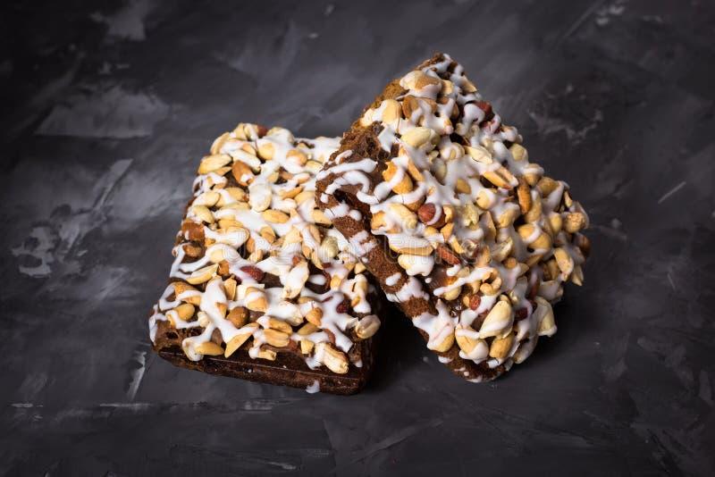 Pedaço de bolo, cookies com crosta de gelo nuts e branca no CCB concreto foto de stock