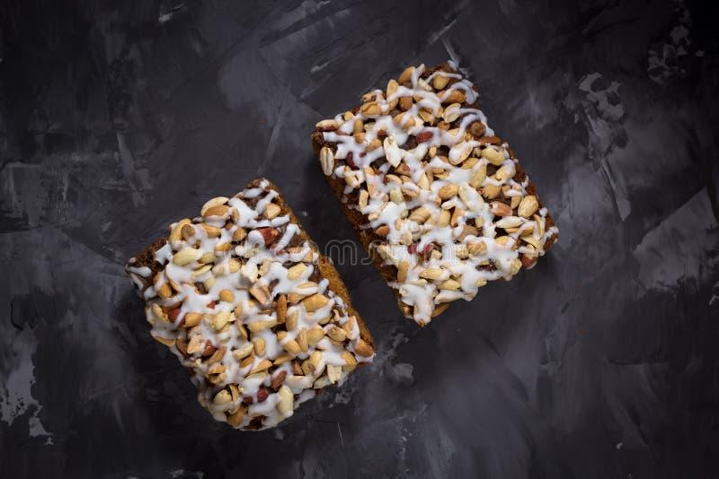 Pedaço de bolo, cookies com crosta de gelo nuts e branca no CCB concreto fotografia de stock