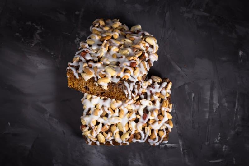 Pedaço de bolo, cookies com crosta de gelo nuts e branca no CCB concreto imagem de stock