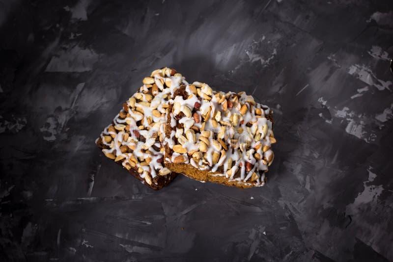 Pedaço de bolo, cookies com crosta de gelo nuts e branca no CCB concreto fotos de stock royalty free