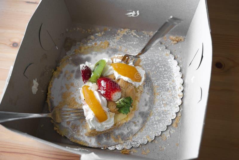 Pedaço de bolo gigante na caixa com 2 forquilhas Guloso com fome dos povos Conceito da celebração do dia de Valentim fotos de stock royalty free