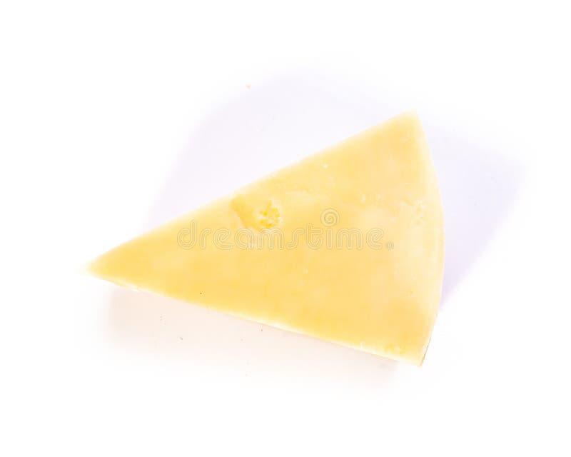 Pedaço de queijo isolado em prateleiras brancas imagens de stock
