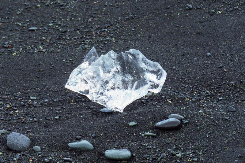 Pedaço do gelo em Diamond Beach preto na lagoa da geleira de Jökulsárlón, Jokulsarlon, Islândia imagem de stock
