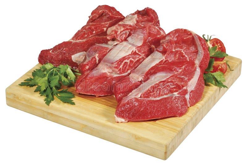 Pedaço grande do bife da carne vermelha crua fresca da carne na placa de madeira do corte isolada sobre o fundo branco imagem de stock