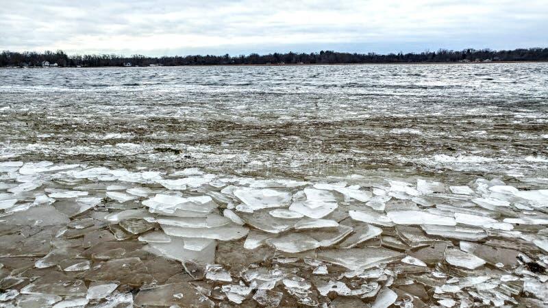 Pedaços de gelo quebrados na margem do lago foto de stock royalty free