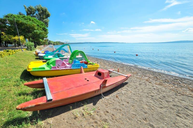 Pedałowe łodzie na Jeziornym Bracciano fotografia stock