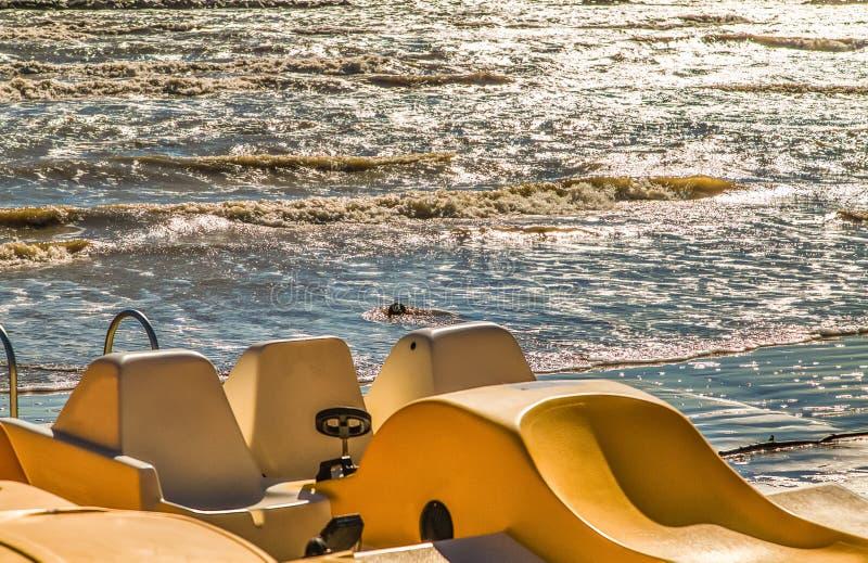 Pedałowe łodzie na szorstkim morzu fotografia royalty free