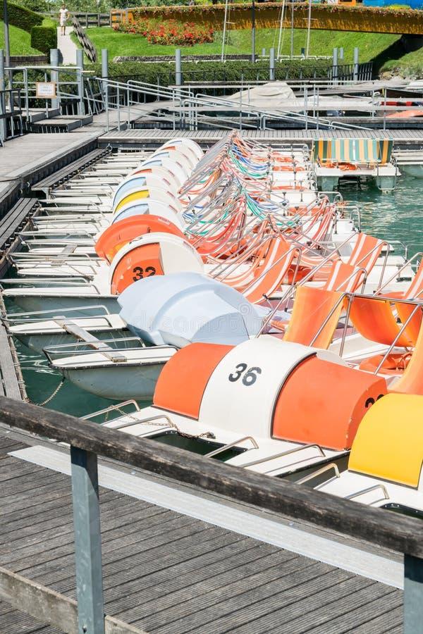 Pedaalboot in een lange lijn bij het dok wordt geparkeerd dat stock foto's