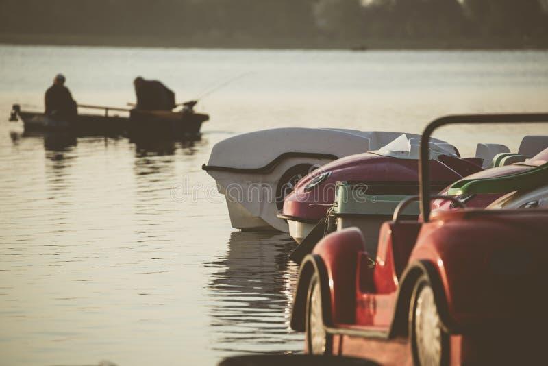 Pedaalboten op jachthaven stock foto