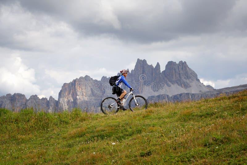 Pedal do ciclista apenas nas montanhas fotos de stock royalty free