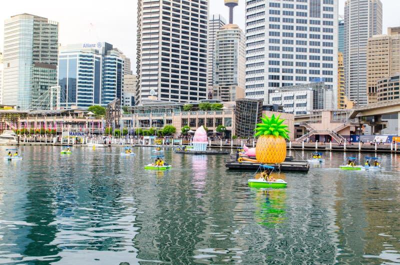 Pedal- fartyg på bubblan skäller, Darling Harbour med Cityscapesikt på bakgrunden arkivbilder
