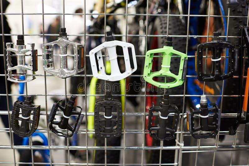 Pedale für Fahrrad auf Stand im Speicher lizenzfreie stockbilder