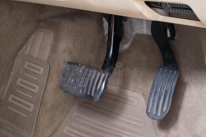Pedales blancos de lujo del freno y de la aceleración del coche fotografía de archivo libre de regalías