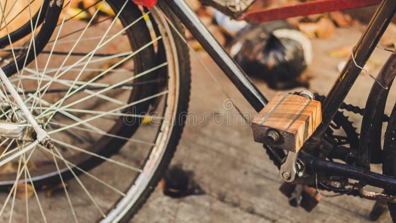 Pedali di legno classici della bicicletta fotografie stock libere da diritti