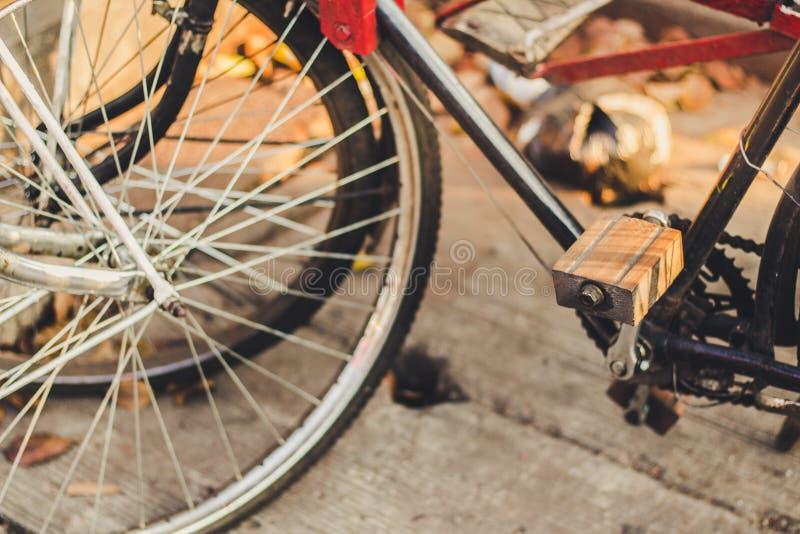 Pedali di legno classici della bicicletta immagine stock libera da diritti