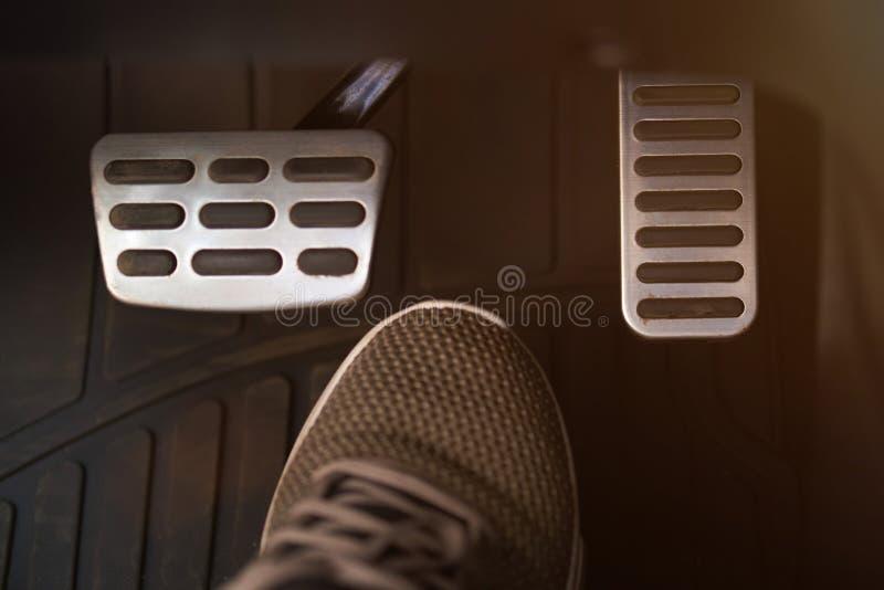 Pedali e scarpa dell'automobile immagini stock