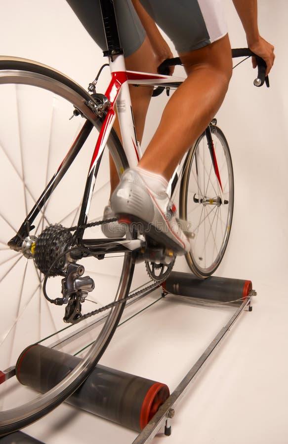 Pedaling um bycicle dos esportes imagens de stock royalty free