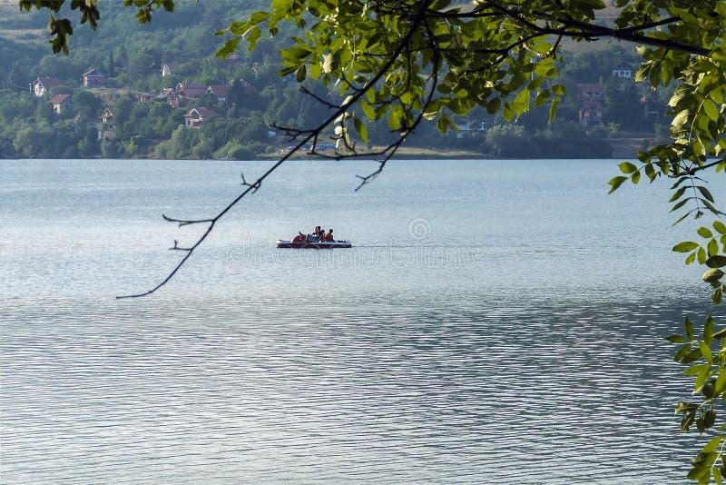 Pedalo - ветрило шлюпки затвора на озере на солнечном дне стоковое изображение rf