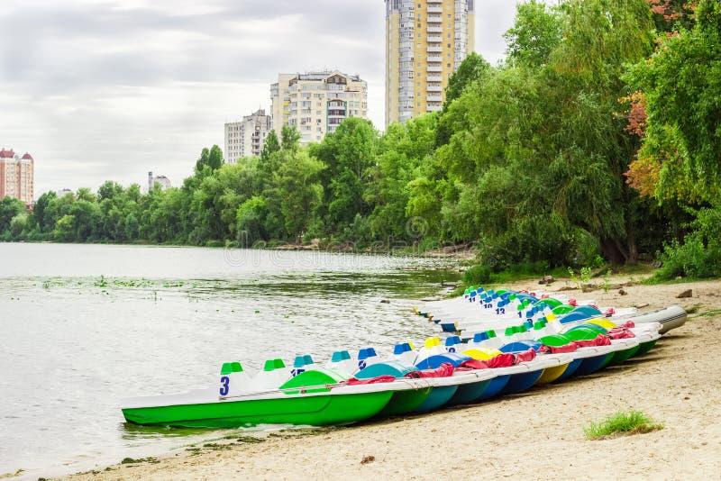 Pedalos dichtbij de zandige kust wordt geparkeerd die royalty-vrije stock foto's