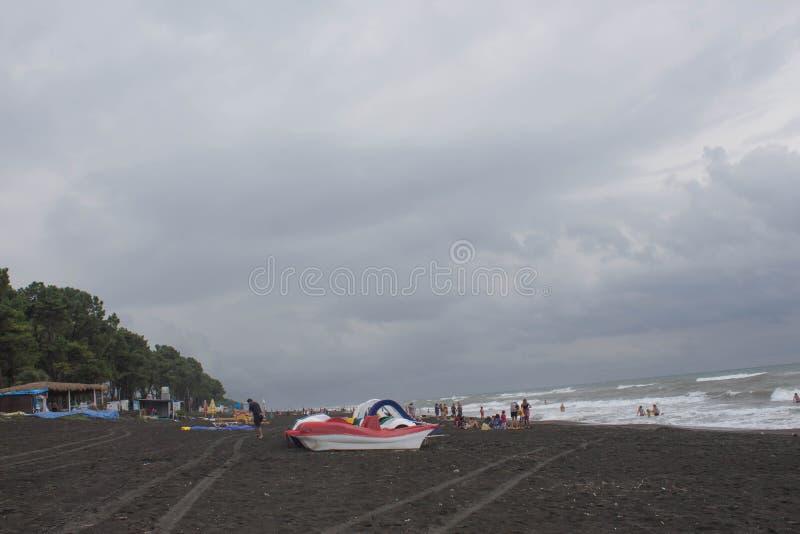 Pedalos em um Sandy Beach e para o aluguer no beira-mar fotografia de stock