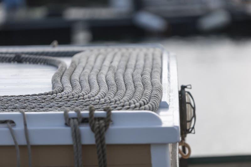 Pedante arranjado das cordas na parte superior de um barco de pesca no franco fotografia de stock royalty free