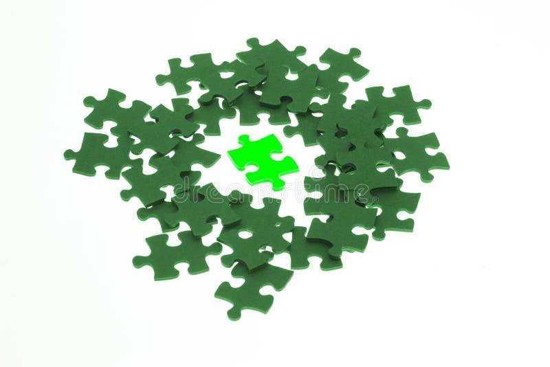Pedazo aislado de rompecabezas de rompecabezas lumious verde imagen de archivo