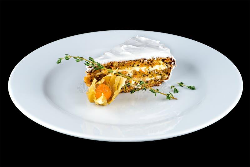 Pedazo apetitoso de torta de zanahoria en una placa blanca en backgro oscuro fotos de archivo libres de regalías