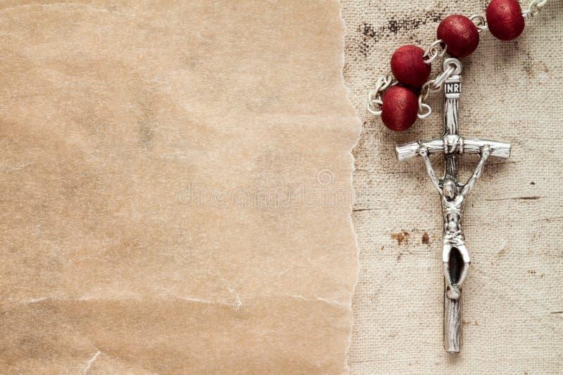 Pedazo católico del rosario y del papel foto de archivo