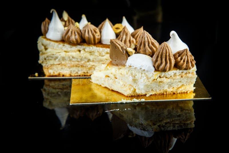 pedazo cutted de torta deliciosa de Kiev de la capa doble fotos de archivo libres de regalías