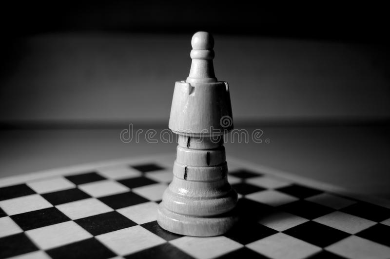 Pedazo de ajedrez grande a bordo fotos de archivo