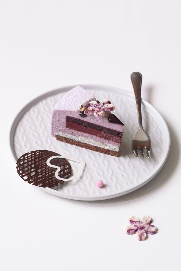 Pedazo de arándano Violet Mousse Cake foto de archivo libre de regalías