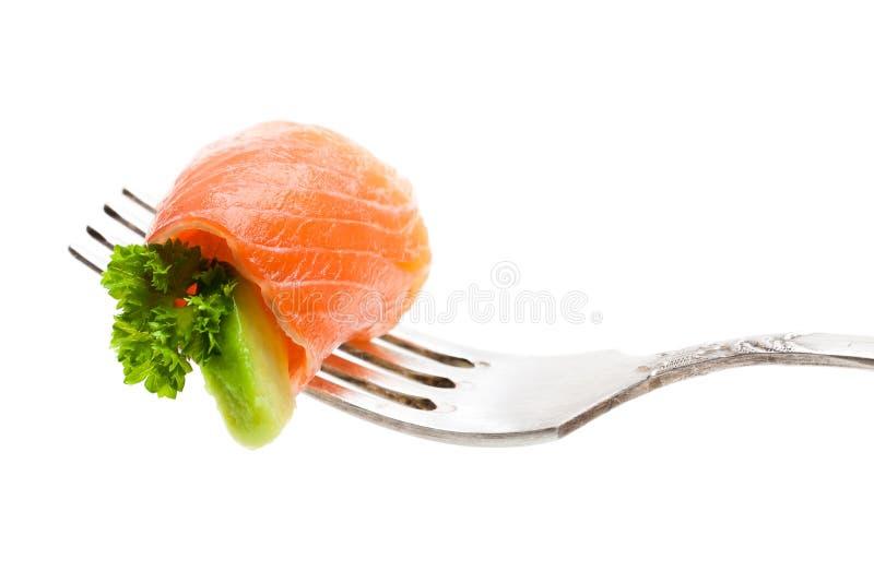 Pedazo de color salmón con el aguacate en la bifurcación aislada en blanco fotos de archivo