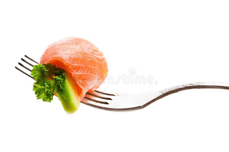 Pedazo de color salmón con el aguacate en la bifurcación aislada en blanco fotografía de archivo libre de regalías