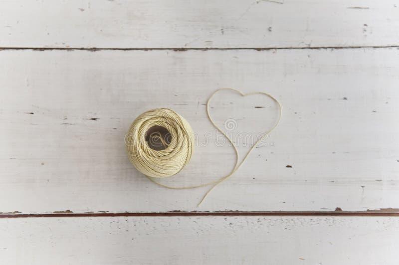 Pedazo de cuerda que forma forma del corazón imagenes de archivo