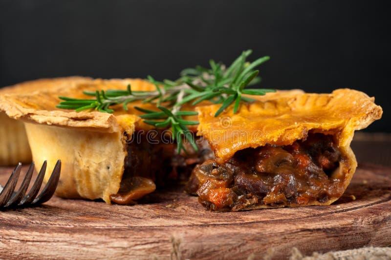 Pedazo de empanada de carne australiana con romero fotos de archivo