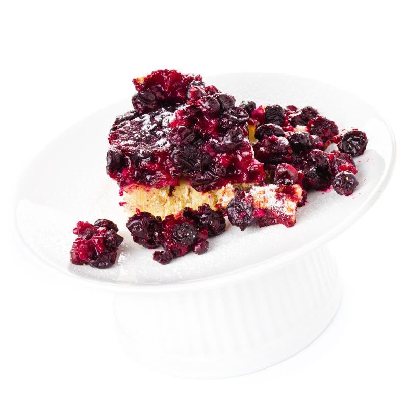 Pedazo de empanada de la fruta fresca con el azúcar en polvo en el fondo blanco imagen de archivo