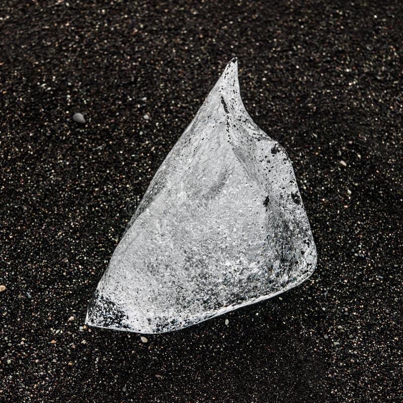 Pedazo de hielo en la arena negra, detalle natural, Islandia foto de archivo